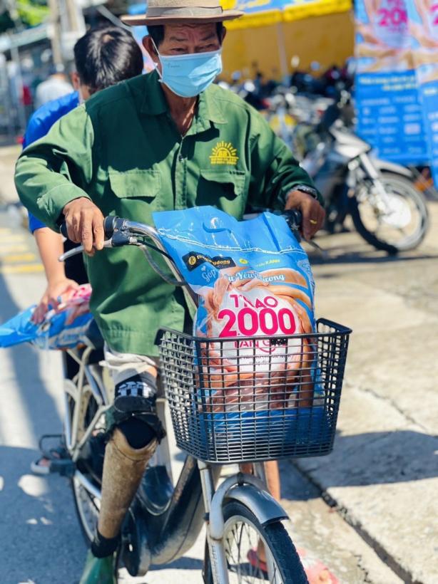 Chùm ảnh 2.000 tấn gạo lan toả yêu thương đi khắp miền Nam - Ảnh 6.