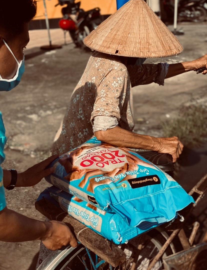 Chùm ảnh 2.000 tấn gạo lan toả yêu thương đi khắp miền Nam - Ảnh 8.