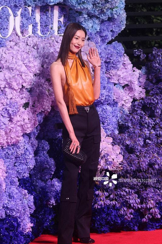 Thảm đỏ Vogue tối nay: Dương Mịch hở bạo, Ảnh hậu Châu Đông Vũ khiến fan lo lắng vì quá gầy gò - Ảnh 3.