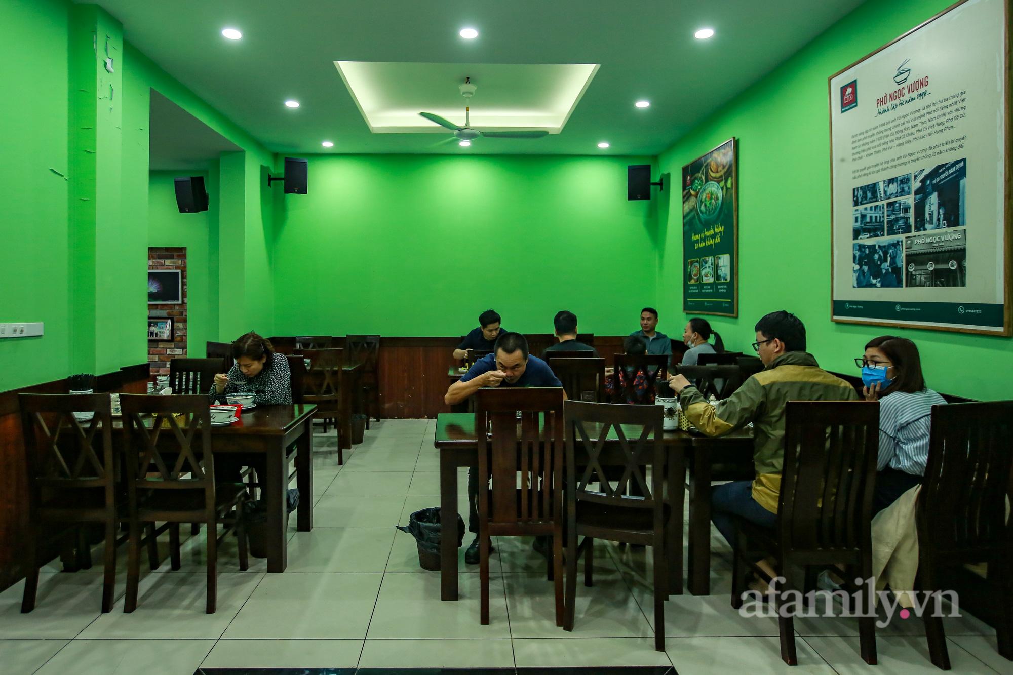 Người Hà Nội hồ hởi dậy sớm đi ăn sáng, cafe khi hàng ăn, uống được mở bán tại chỗ - Ảnh 5.