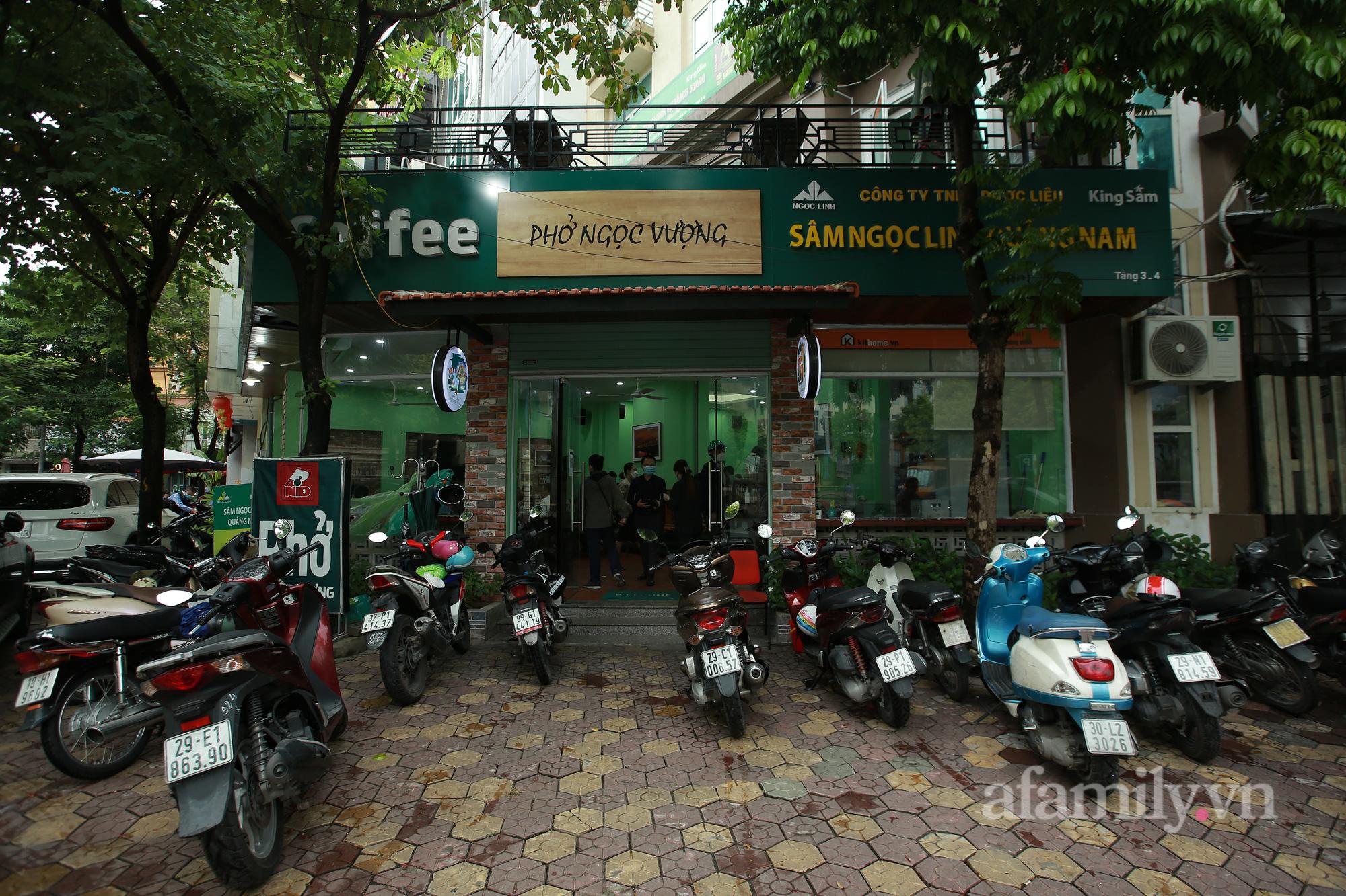 Người Hà Nội hồ hởi dậy sớm đi ăn sáng, cafe khi hàng ăn, uống được mở bán tại chỗ - Ảnh 1.