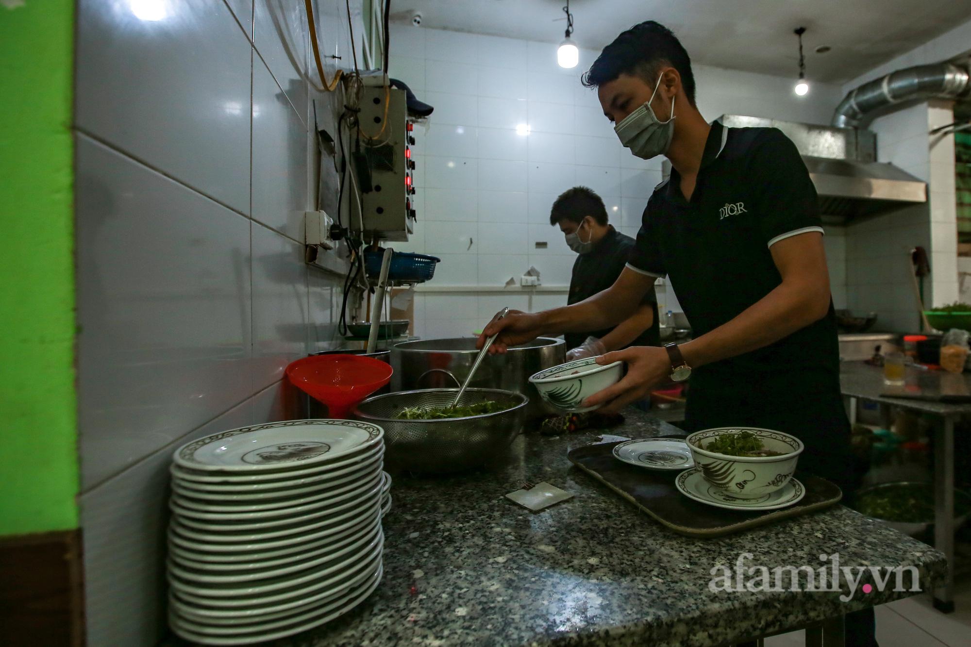 Người Hà Nội hồ hởi dậy sớm đi ăn sáng, cafe khi hàng ăn, uống được mở bán tại chỗ - Ảnh 6.