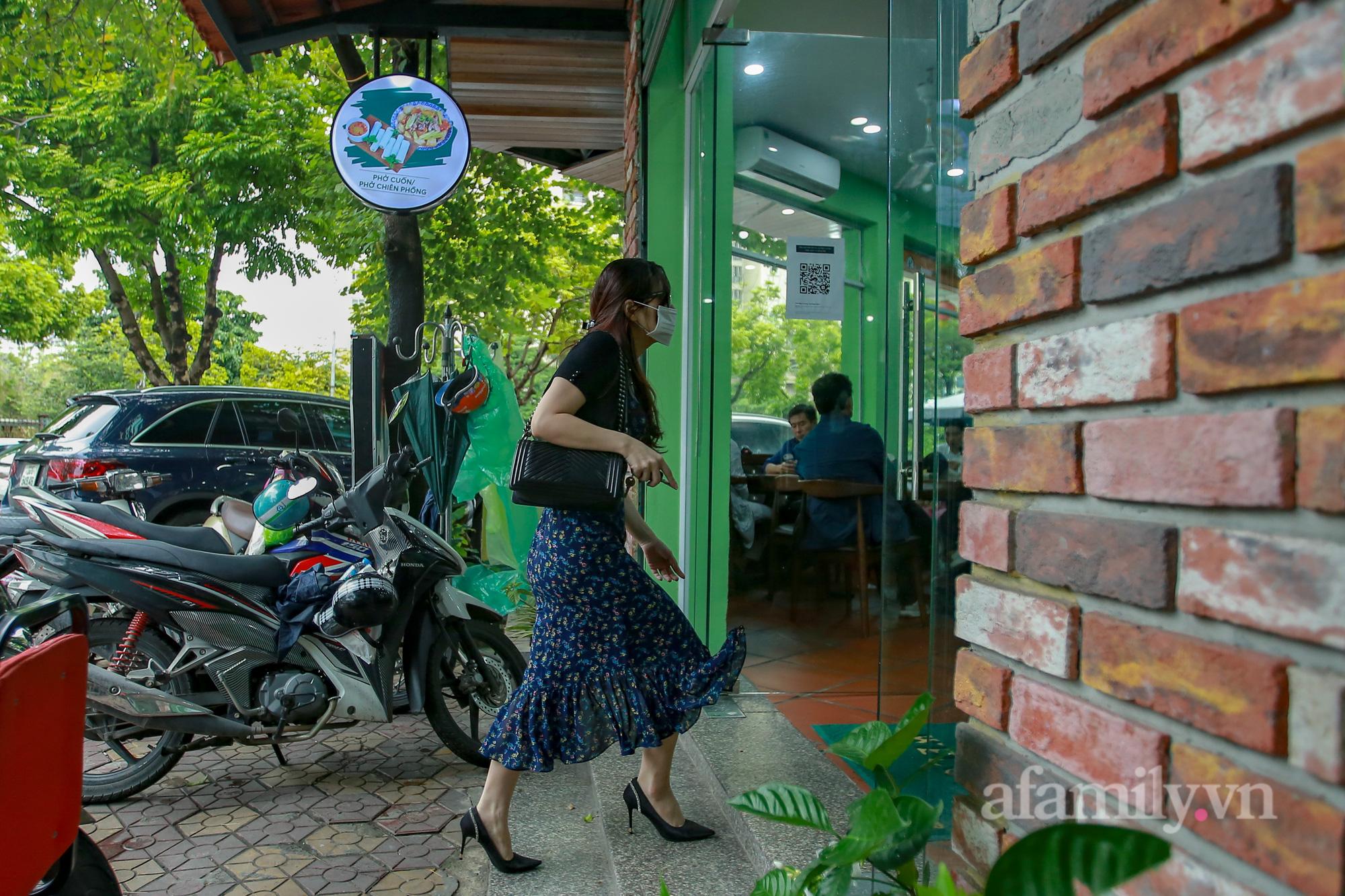 Người Hà Nội hồ hởi dậy sớm đi ăn sáng, cafe khi hàng ăn, uống được mở bán tại chỗ - Ảnh 8.
