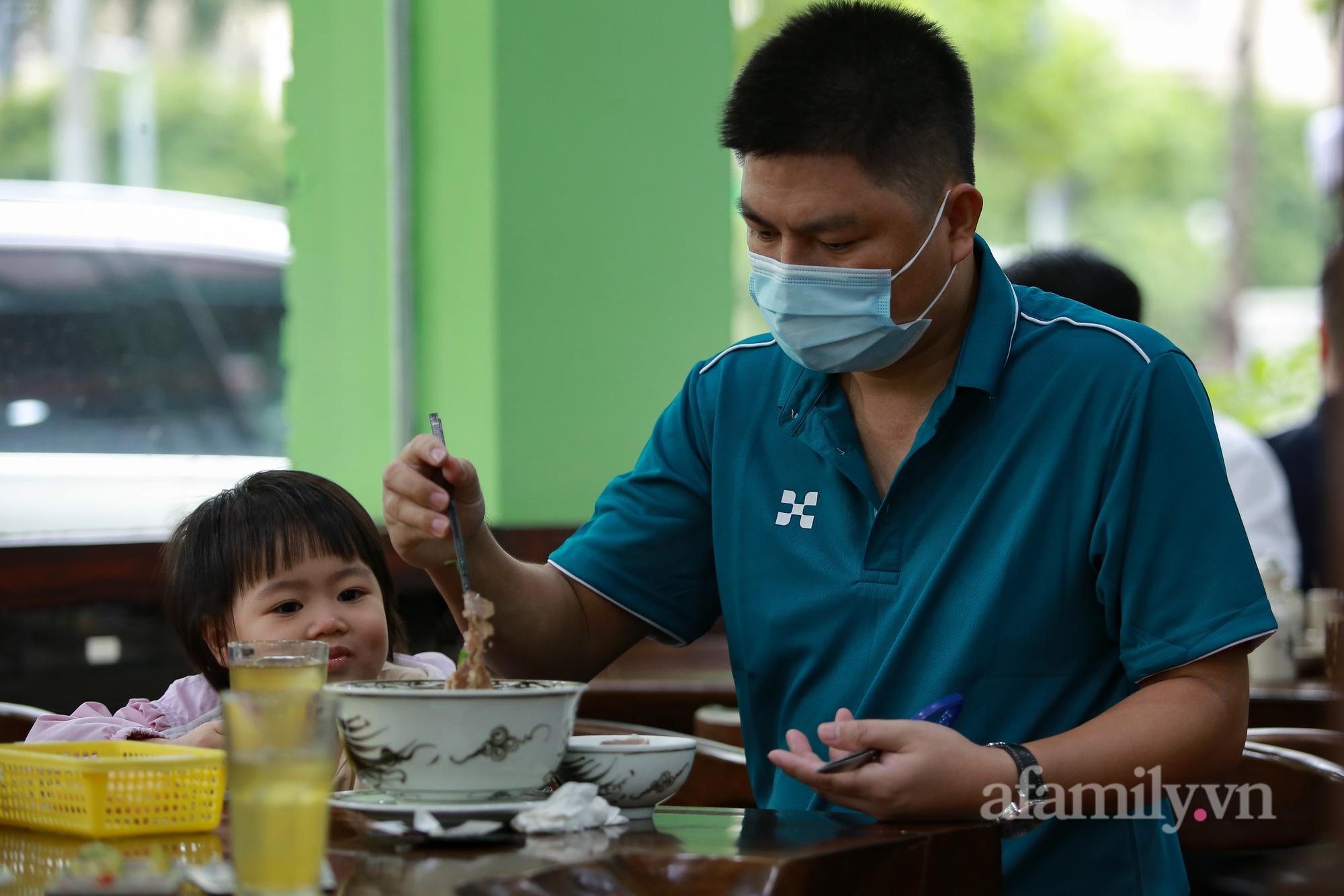 Người Hà Nội hồ hởi dậy sớm đi ăn sáng, cafe khi hàng ăn, uống được mở bán tại chỗ - Ảnh 11.