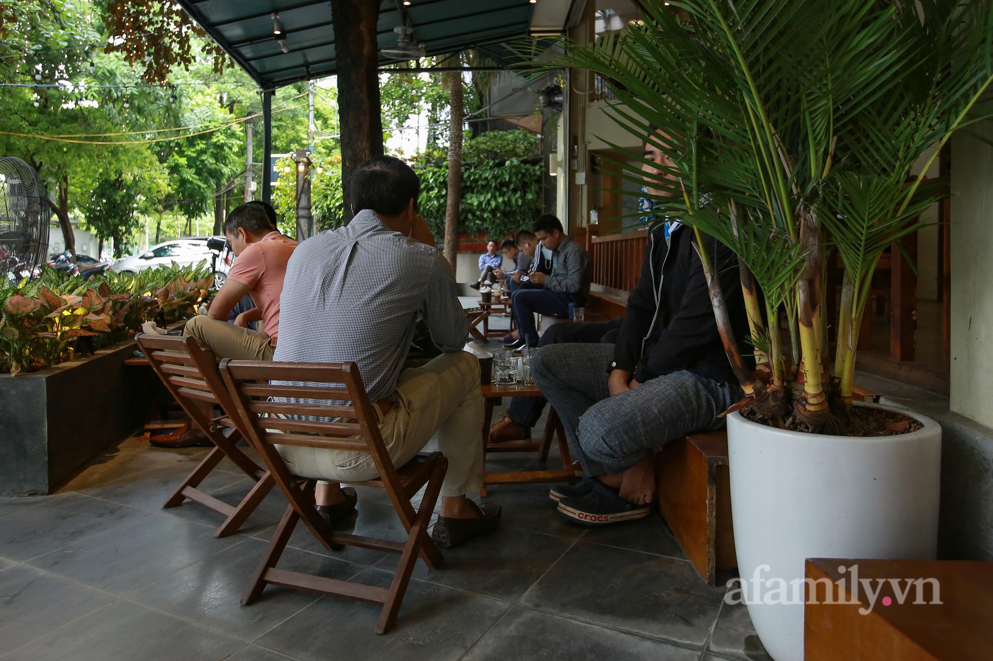 Người Hà Nội hồ hởi dậy sớm đi ăn sáng, cafe khi hàng ăn, uống được mở bán tại chỗ - Ảnh 12.
