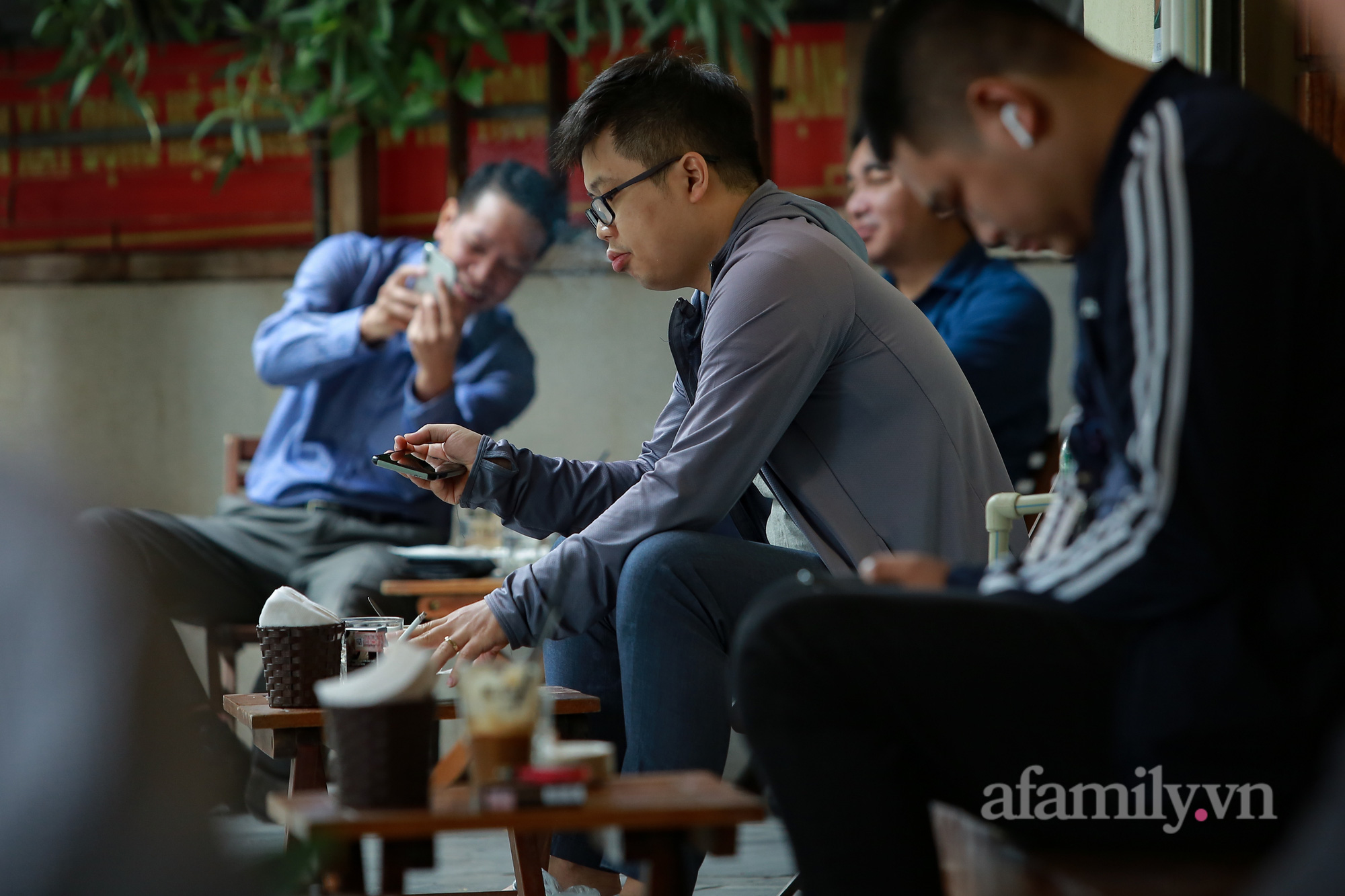 Người Hà Nội hồ hởi dậy sớm đi ăn sáng, cafe khi hàng ăn, uống được mở bán tại chỗ - Ảnh 13.