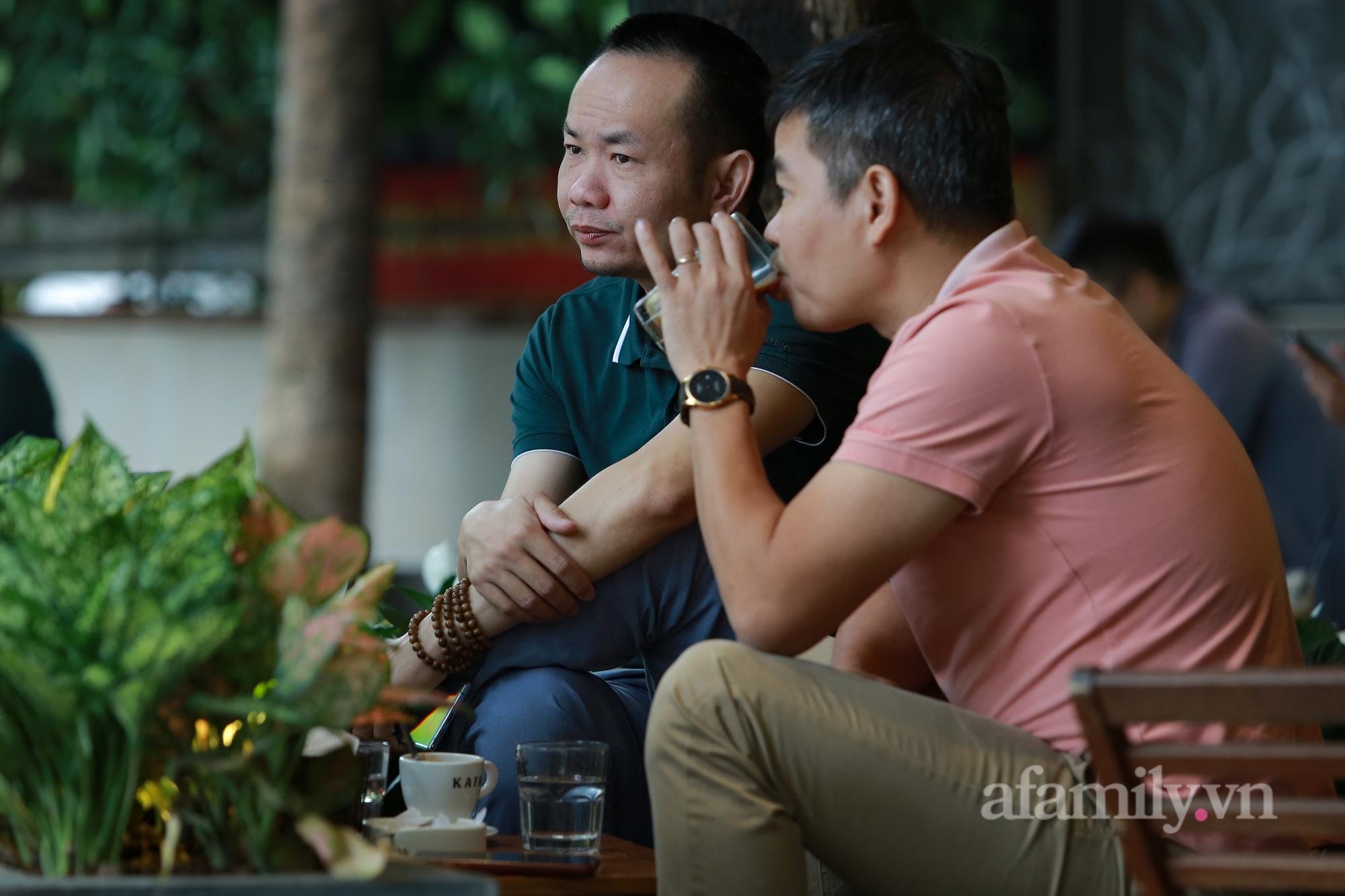 Người Hà Nội hồ hởi dậy sớm đi ăn sáng, cafe khi hàng ăn, uống được mở bán tại chỗ - Ảnh 14.