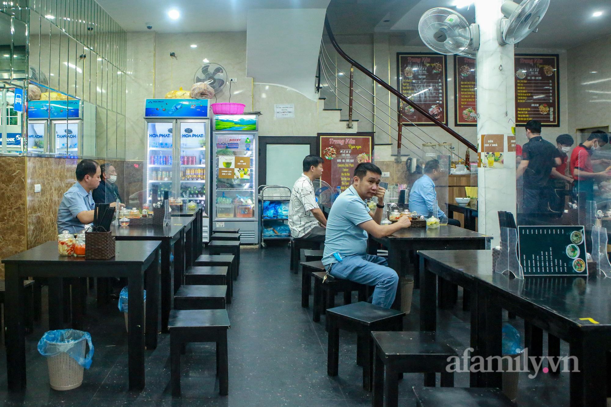 Người Hà Nội hồ hởi dậy sớm đi ăn sáng, cafe khi hàng ăn, uống được mở bán tại chỗ - Ảnh 3.