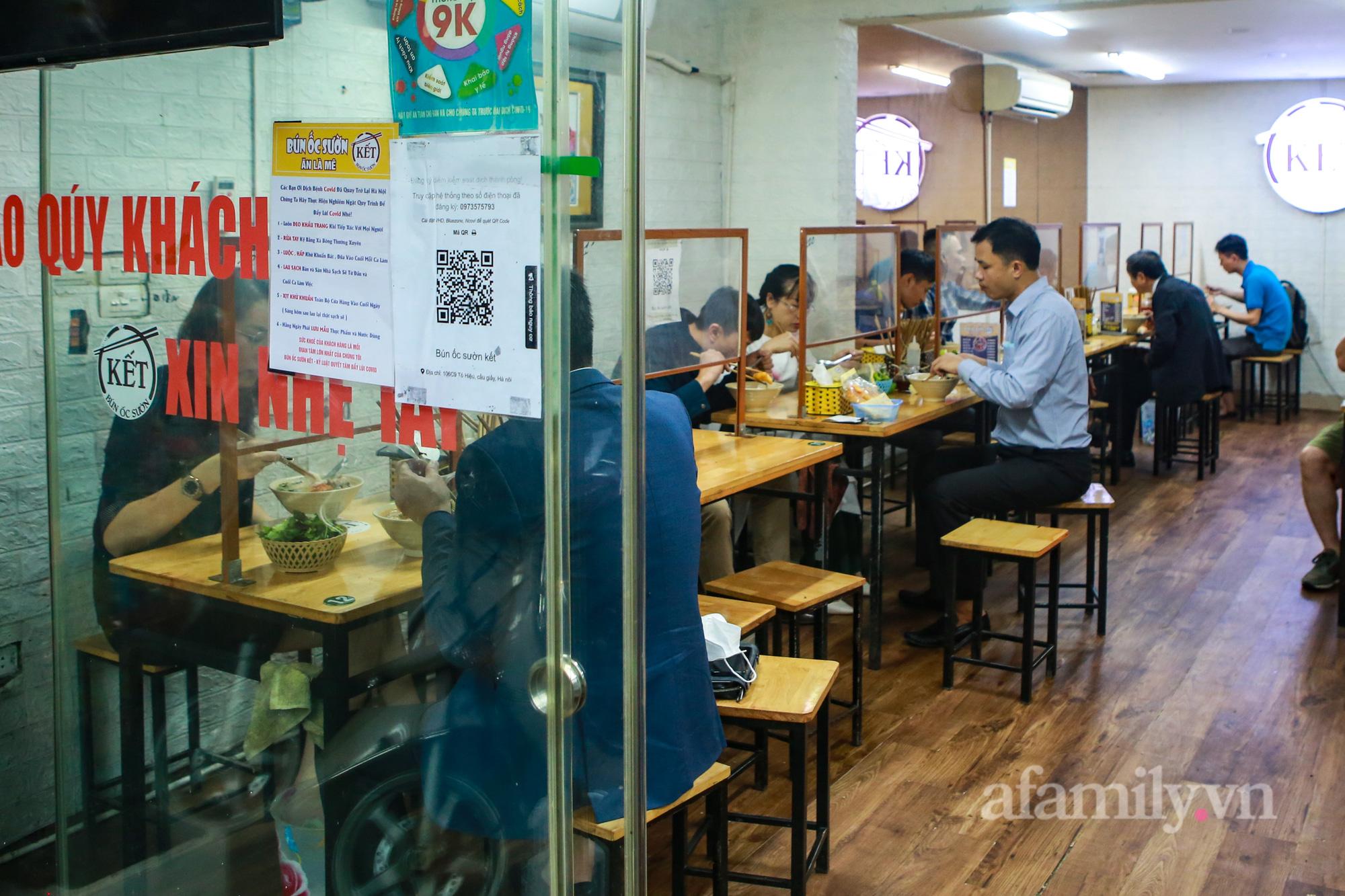Người Hà Nội hồ hởi dậy sớm đi ăn sáng, cafe khi hàng ăn, uống được mở bán tại chỗ - Ảnh 4.