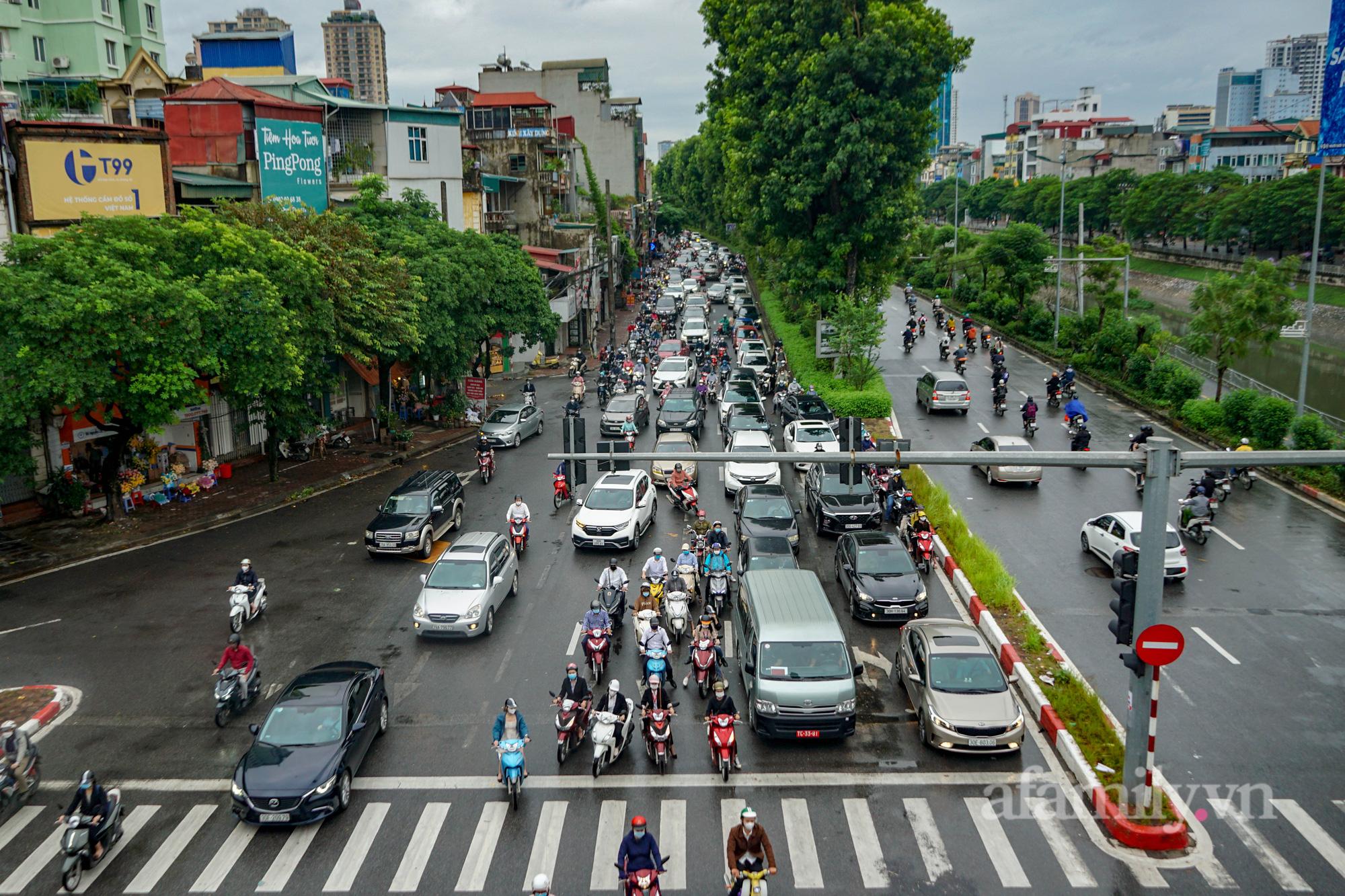 """Đường phố Hà Nội đông đúc ngày đầu """"bình thường mới"""" - Ảnh 6."""