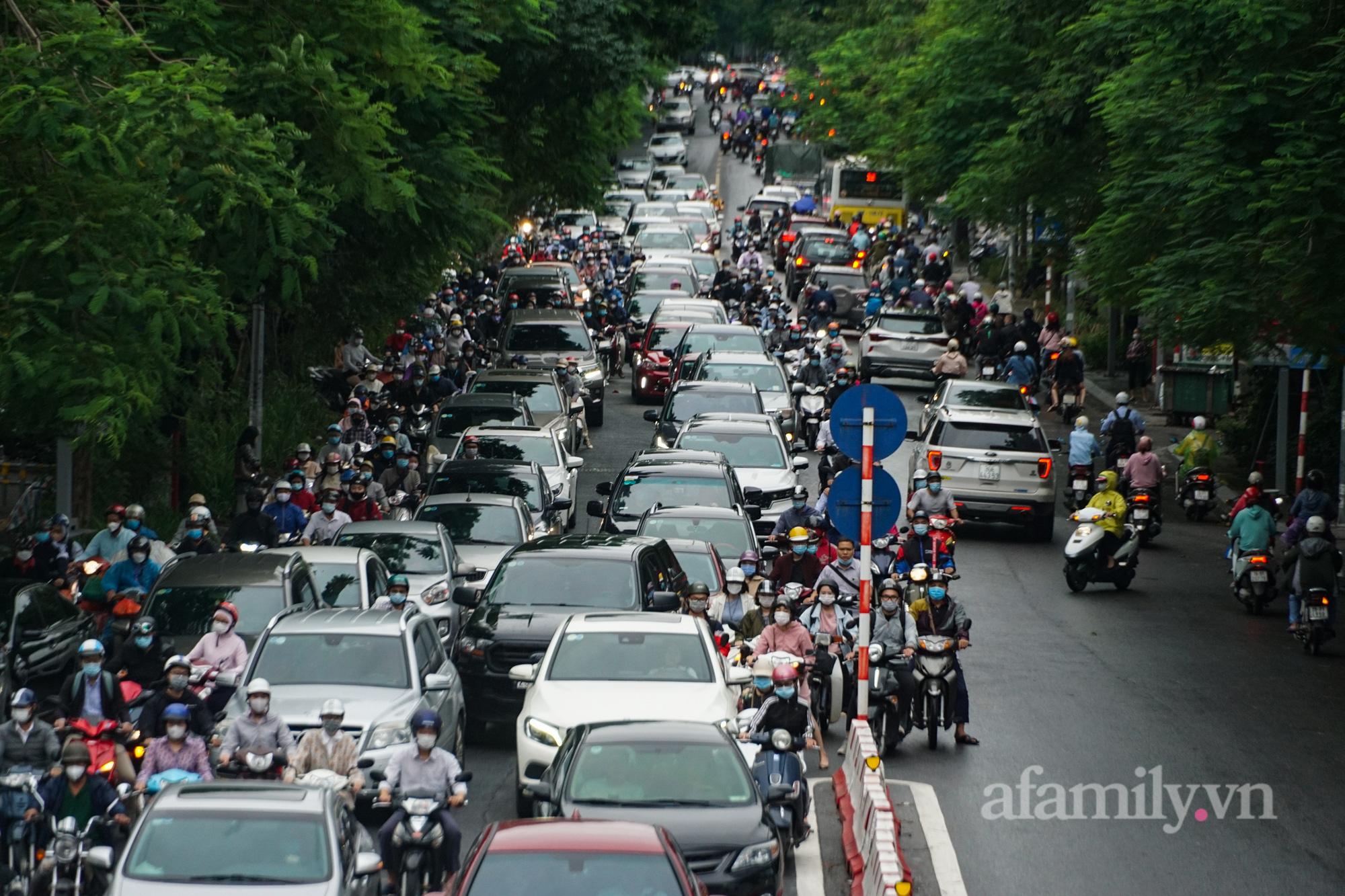 """Đường phố Hà Nội đông đúc ngày đầu """"bình thường mới"""" - Ảnh 4."""