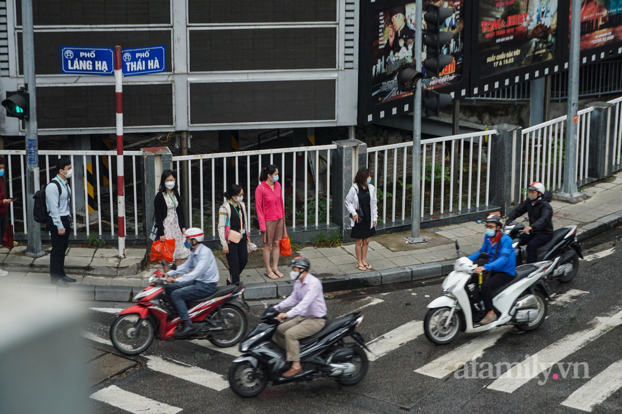 """Đường phố Hà Nội đông đúc ngày đầu """"bình thường mới"""" - Ảnh 5."""