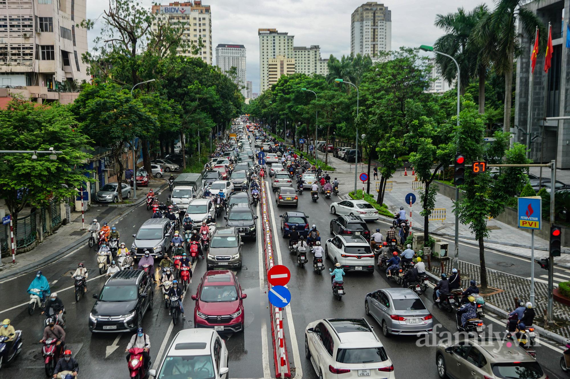 """Đường phố Hà Nội đông đúc ngày đầu """"bình thường mới"""" - Ảnh 9."""