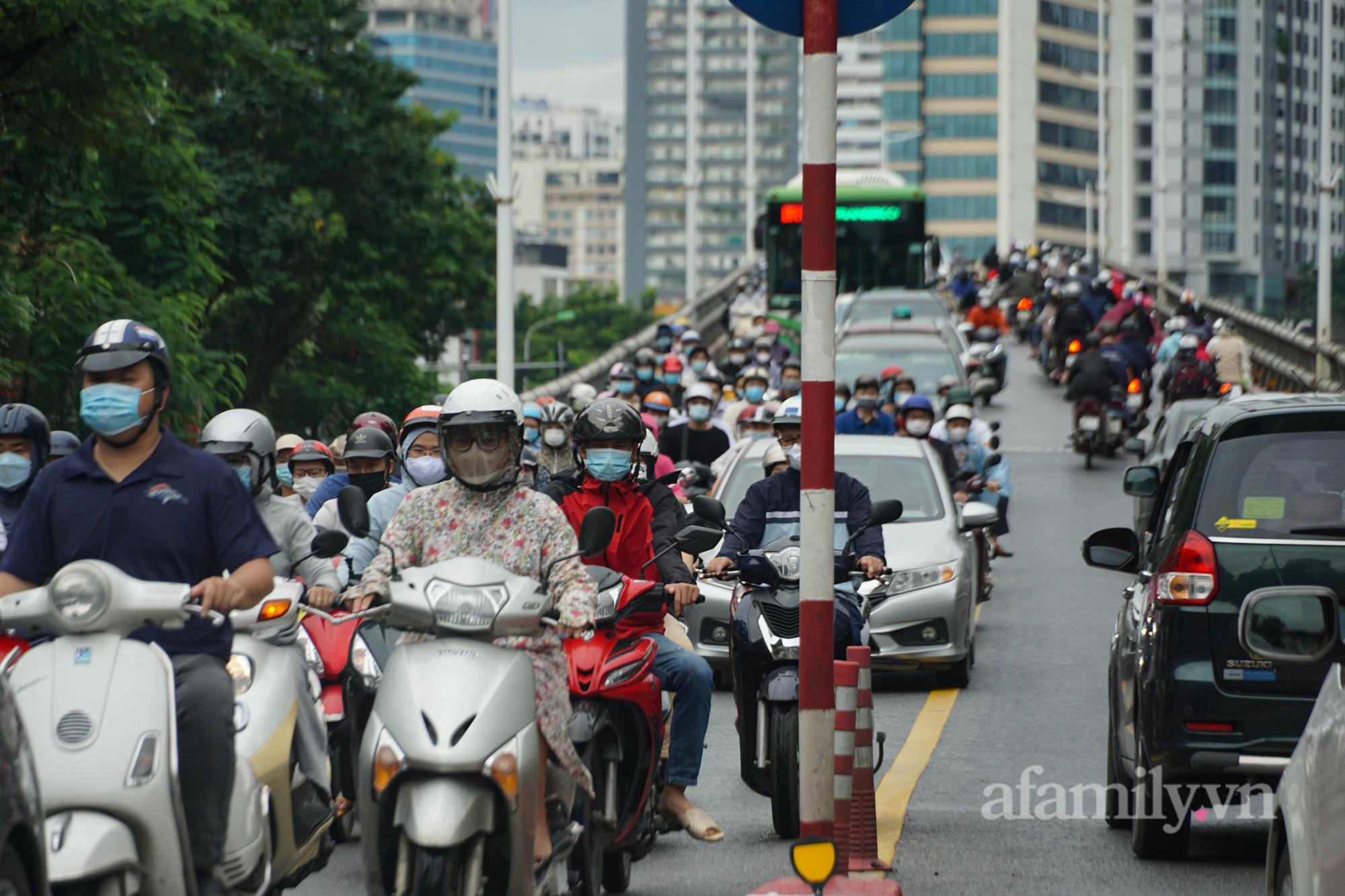"""Đường phố Hà Nội đông đúc ngày đầu """"bình thường mới"""" - Ảnh 11."""