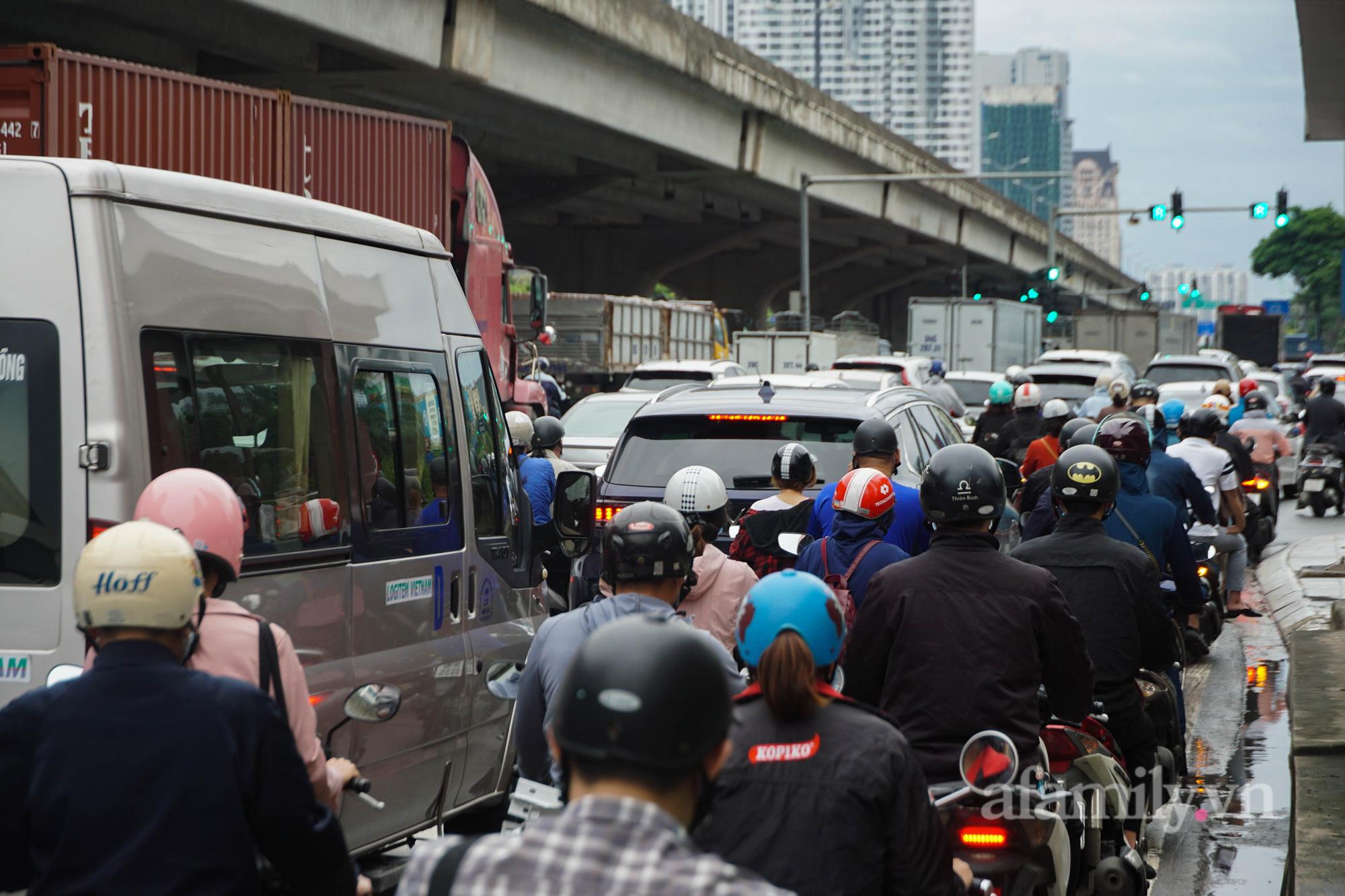 """Đường phố Hà Nội đông đúc ngày đầu """"bình thường mới"""" - Ảnh 12."""