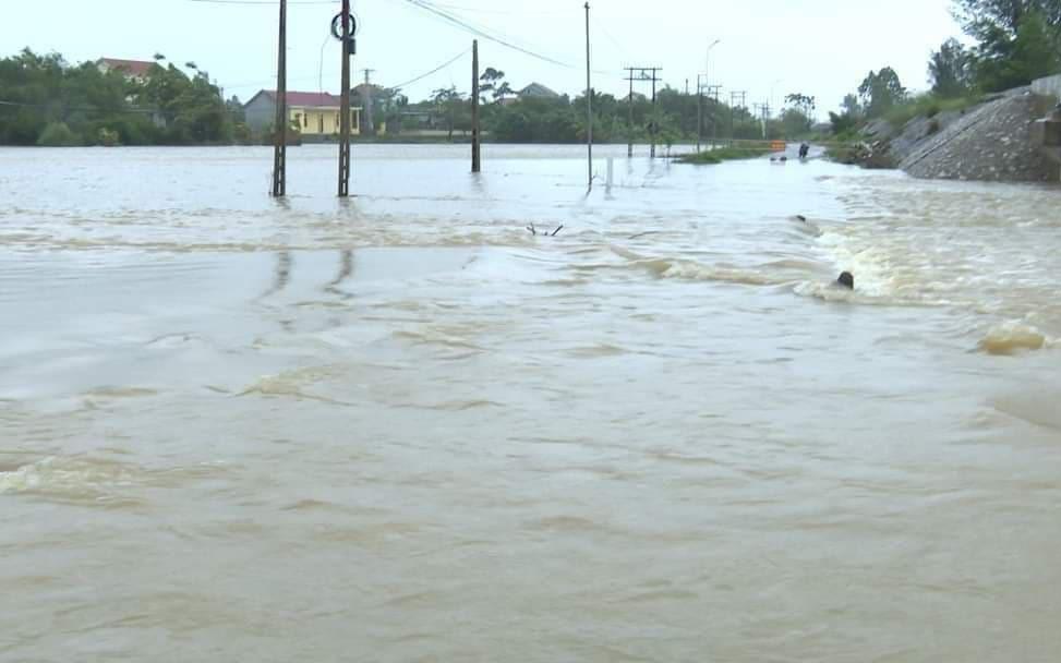 Mưa lớn gây ngập lụt, chia cắt nhiều làng xã ở Quảng Bình
