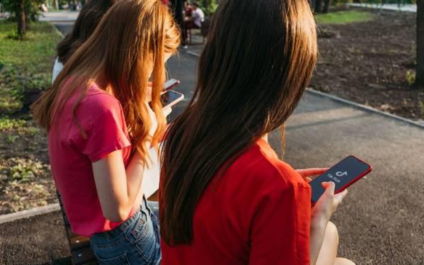 """Nhiều nữ sinh tuổi teen mắc rối loạn Tic, chuyên gia cảnh báo về căn bệnh mới là """"đại dịch trong đại dịch"""", có khả năng lây qua mạng xã hội"""