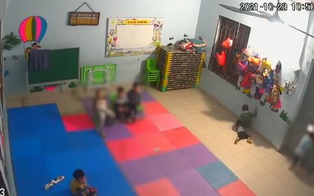 Clip sốc: Bé gái bị bạn học đạp vào người, vào mặt, đánh dã man ngay trong lớp mầm non