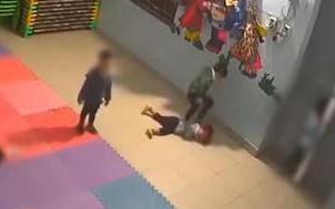 Bé gái 2 tuổi bị bạn đánh dã man trong lớp tại Bắc Giang: Phụ huynh có nên dạy con cách tự vệ từ bé?