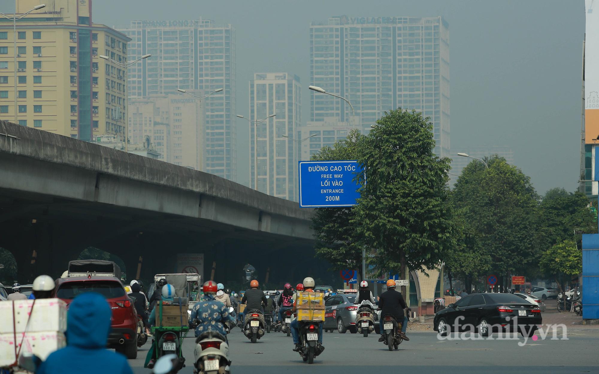 """Bầu trời Hà Nội mịt mù dù đã gần trưa, chỉ số ô nhiễm không khí """"lên đỉnh"""" thế giới"""