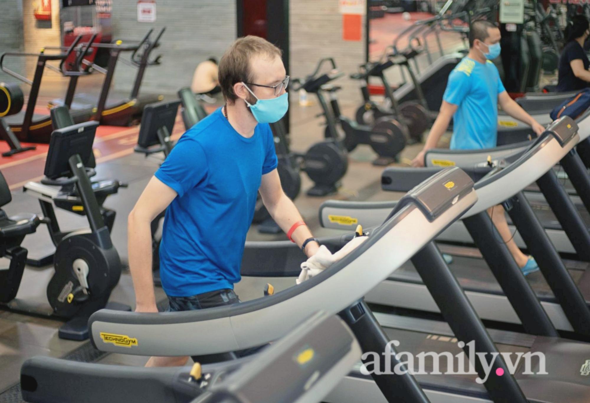 """Sau 4 tháng """"ngủ đông"""", phòng gym ở TP.HCM mở cửa, nhiều bạn trẻ vui như trẩy hội - Ảnh 1."""