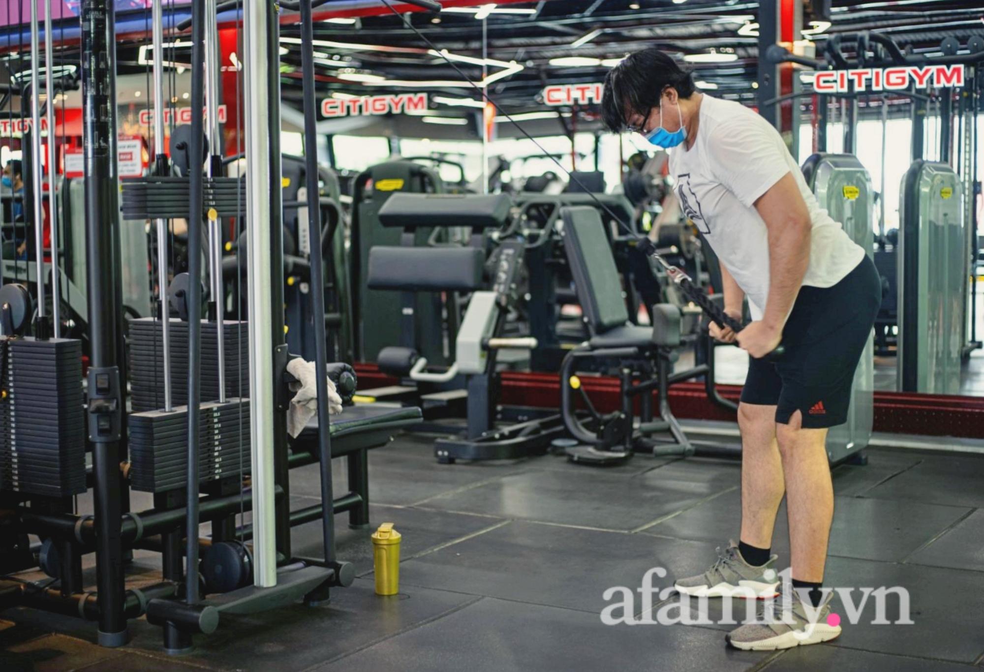 """Sau 4 tháng """"ngủ đông"""", phòng gym ở TP.HCM mở cửa, nhiều bạn trẻ vui như trẩy hội - Ảnh 2."""