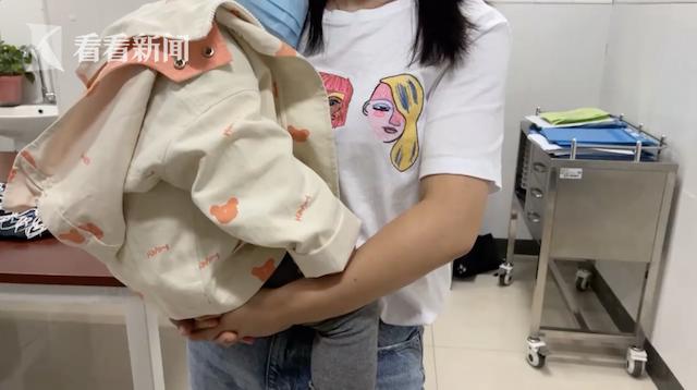 Bé gái 3 tuổi vừa ăn xong chạy ra ngoài thì bị ngã, nhìn thấy thứ con cầm trên tay, mẹ kinh hoàng vội đưa ngay đến bệnh viện - Ảnh 4.