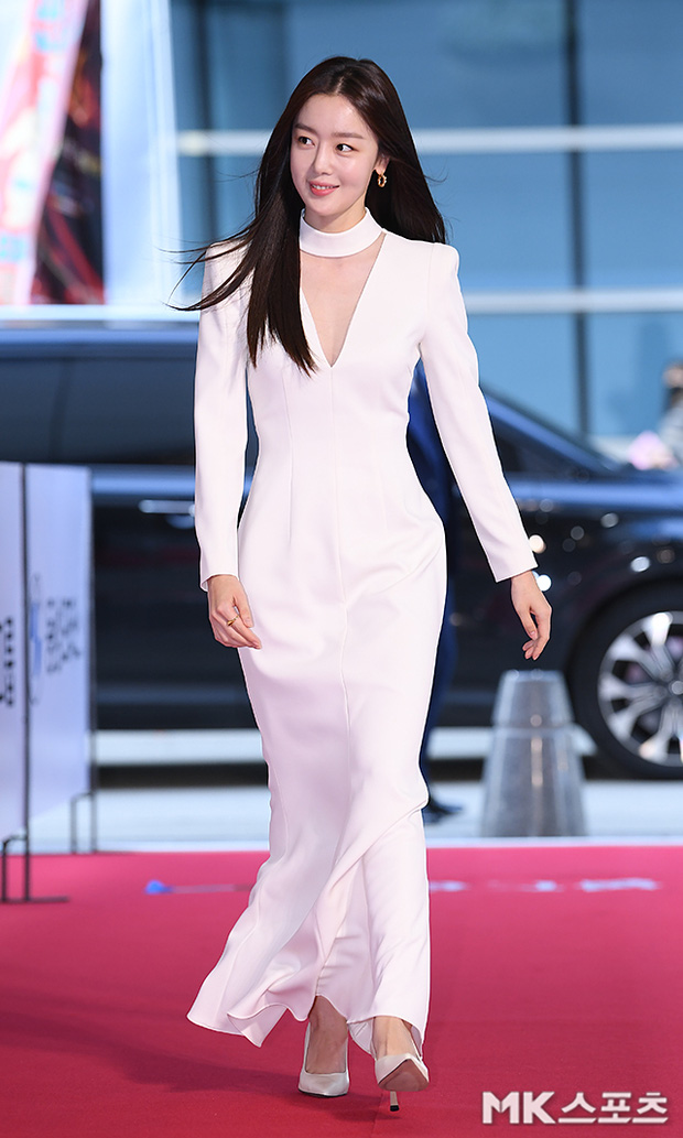 """Thảm đỏ """"hot"""" nhất xứ Hàn hôm nay: Yoo Ah In mặt bóng dầu, kém sắc trước đàn anh Lee Byung Hun - Ảnh 7."""