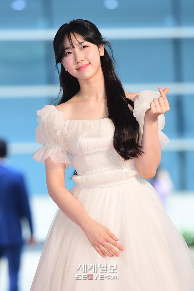 """Thảm đỏ """"hot"""" nhất xứ Hàn hôm nay: Yoo Ah In mặt bóng dầu, kém sắc trước đàn anh Lee Byung Hun - Ảnh 8."""
