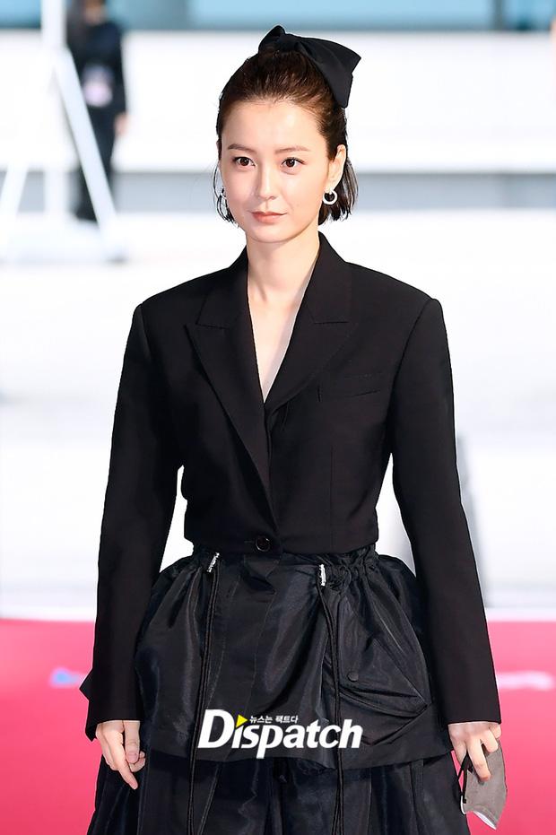 """Thảm đỏ """"hot"""" nhất xứ Hàn hôm nay: Yoo Ah In mặt bóng dầu, kém sắc trước đàn anh Lee Byung Hun - Ảnh 10."""
