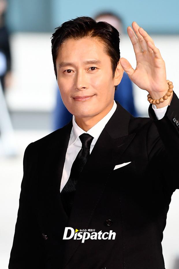 """Thảm đỏ """"hot"""" nhất xứ Hàn hôm nay: Yoo Ah In mặt bóng dầu, kém sắc trước đàn anh Lee Byung Hun - Ảnh 2."""