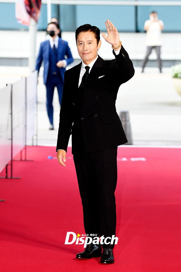 """Thảm đỏ """"hot"""" nhất xứ Hàn hôm nay: Yoo Ah In mặt bóng dầu, kém sắc trước đàn anh Lee Byung Hun - Ảnh 3."""