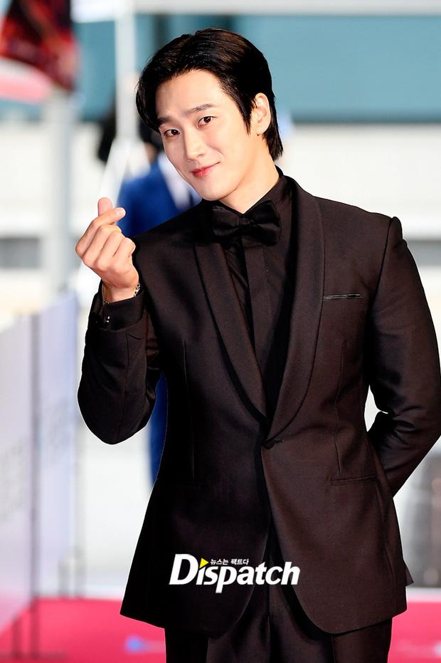 """Thảm đỏ """"hot"""" nhất xứ Hàn hôm nay: Yoo Ah In mặt bóng dầu, kém sắc trước đàn anh Lee Byung Hun - Ảnh 6."""