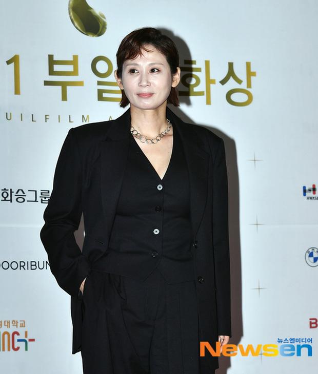 """Thảm đỏ """"hot"""" nhất xứ Hàn hôm nay: Yoo Ah In mặt bóng dầu, kém sắc trước đàn anh Lee Byung Hun - Ảnh 13."""