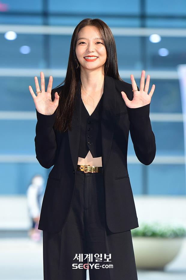 """Thảm đỏ """"hot"""" nhất xứ Hàn hôm nay: Yoo Ah In mặt bóng dầu, kém sắc trước đàn anh Lee Byung Hun - Ảnh 9."""
