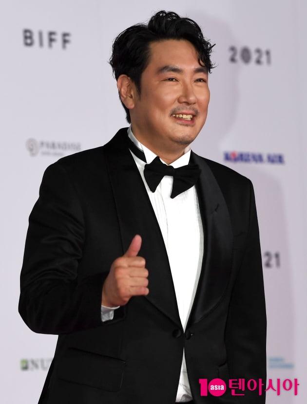 """Thảm đỏ LHP Busan ngày 3: Tài tử Lee Byung Hun đụng độ """"em trai Song Hye Kyo"""" Yoo Ah In - Ảnh 10."""