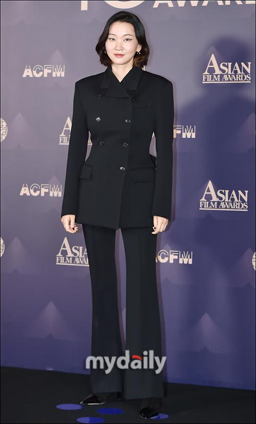 """Thảm đỏ LHP Busan ngày 3: Tài tử Lee Byung Hun đụng độ """"em trai Song Hye Kyo"""" Yoo Ah In - Ảnh 8."""
