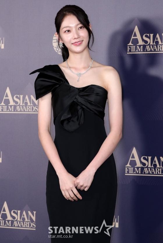 """Thảm đỏ LHP Busan ngày 3: Tài tử Lee Byung Hun đụng độ """"em trai Song Hye Kyo"""" Yoo Ah In - Ảnh 6."""