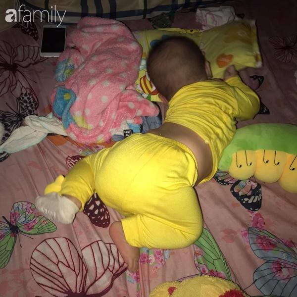 Tối đặt con ngủ ngay ngắn trên gối, nửa đêm tỉnh giấc mẹ không thấy con đâu rồi ôm bụng cười lăn khi tìm thấy bé - Ảnh 5.