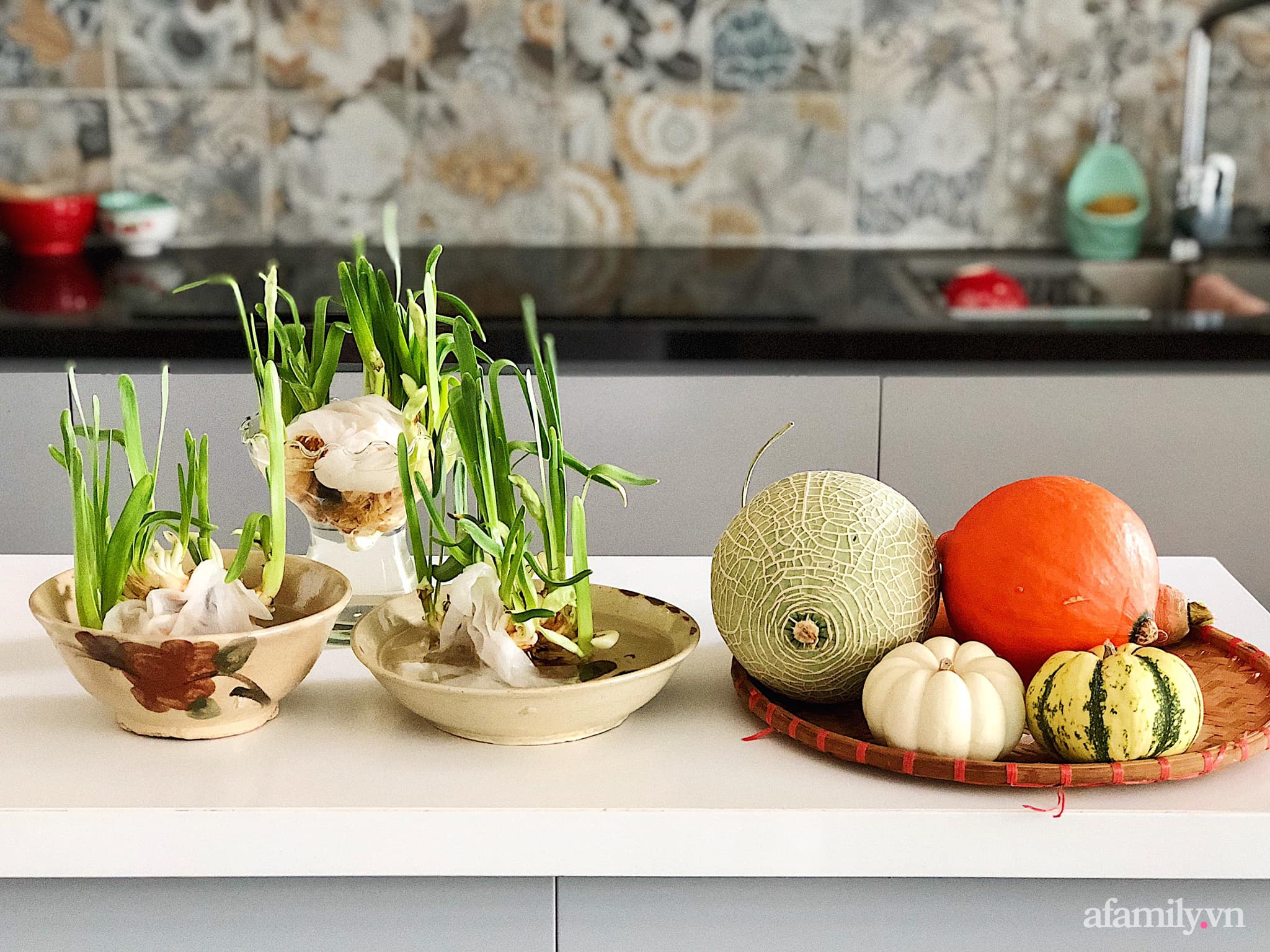 Mẻ đảm Hà Nội khéo mang Tết vào tổ ấm đẹp duyên dáng với gốm và hoa - Ảnh 13.