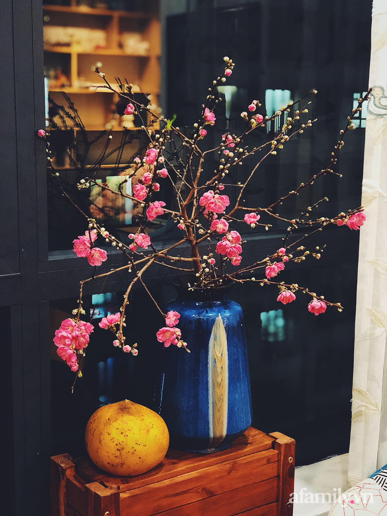 Mẻ đảm Hà Nội khéo mang Tết vào tổ ấm đẹp duyên dáng với gốm và hoa - Ảnh 3.