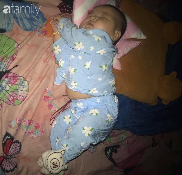 Tối đặt con ngủ ngay ngắn trên gối, nửa đêm tỉnh giấc mẹ không thấy con đâu rồi ôm bụng cười lăn khi tìm thấy bé - Ảnh 2.