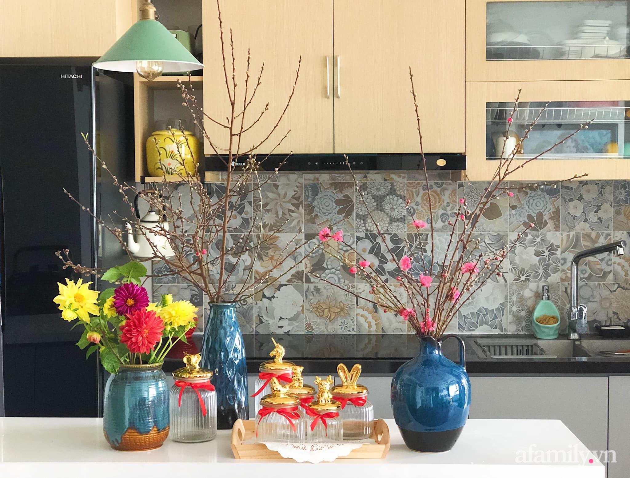 Mẻ đảm Hà Nội khéo mang Tết vào tổ ấm đẹp duyên dáng với gốm và hoa - Ảnh 17.