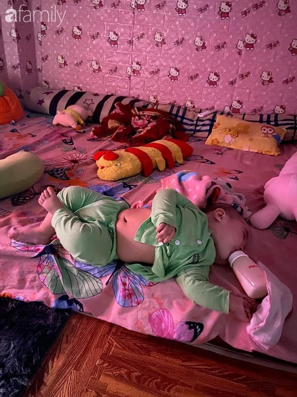 Tối đặt con ngủ ngay ngắn trên gối, nửa đêm tỉnh giấc mẹ không thấy con đâu rồi ôm bụng cười lăn khi tìm thấy bé - Ảnh 3.