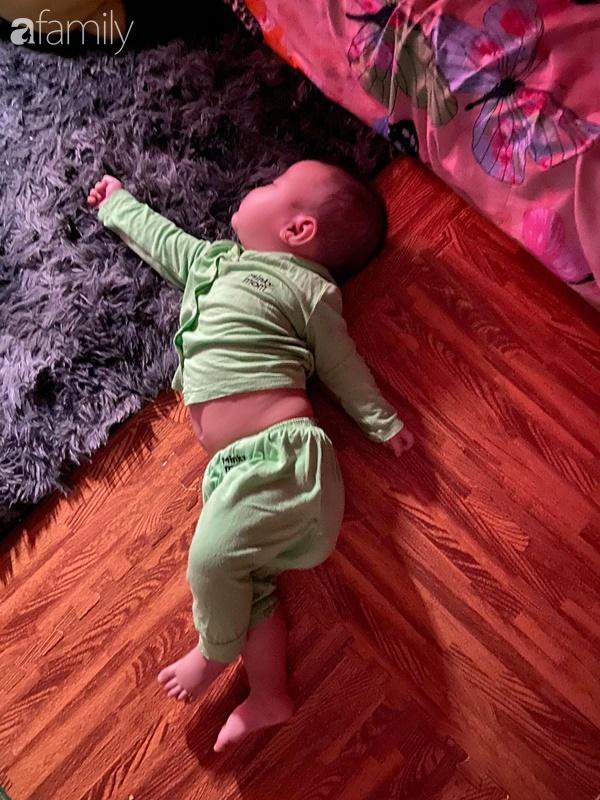 Tối đặt con ngủ ngay ngắn trên gối, nửa đêm tỉnh giấc mẹ không thấy con đâu rồi ôm bụng cười lăn khi tìm thấy bé - Ảnh 4.