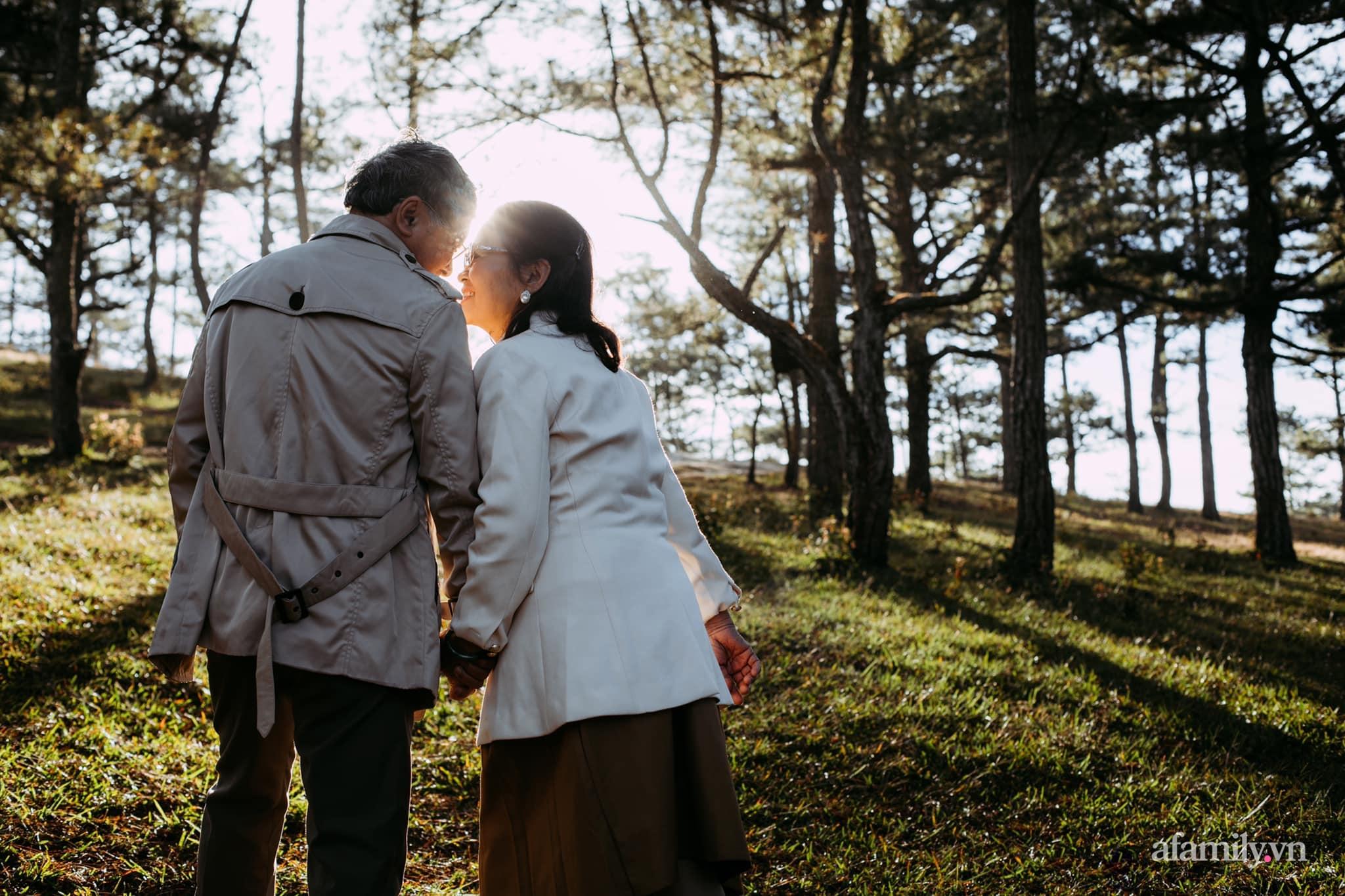 """Bộ ảnh kỉ niệm 47 năm ngày cưới càng ngắm càng thấy """"tình"""" của cặp đôi U80 tại Đà Lạt, khiến ai cũng ước ao có một tình yêu trọn đời ngát xanh - Ảnh 7."""