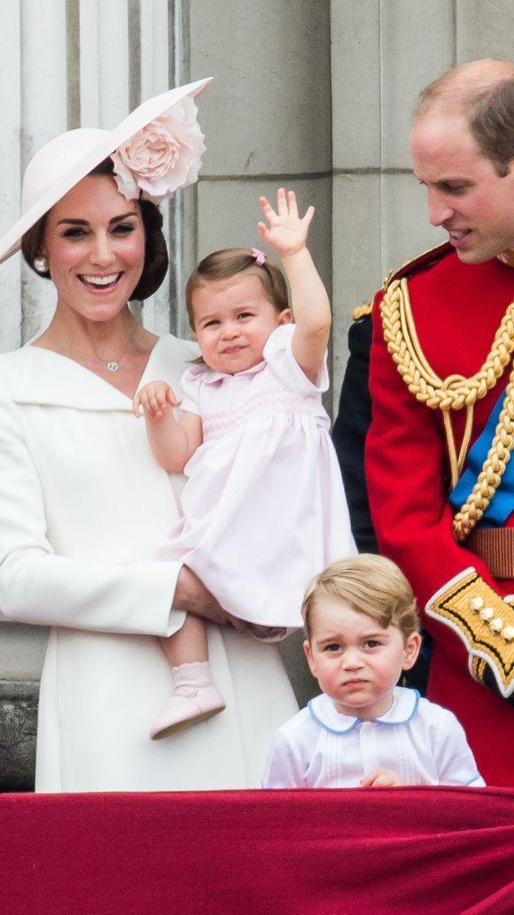 Mặc kệ Meghan Markle cố chiếm spotlight, Công nương Kate vẫn khiến dân tình ngưỡng mộ khi tự cắt tóc cho con trong thời đại dịch - Ảnh 1.