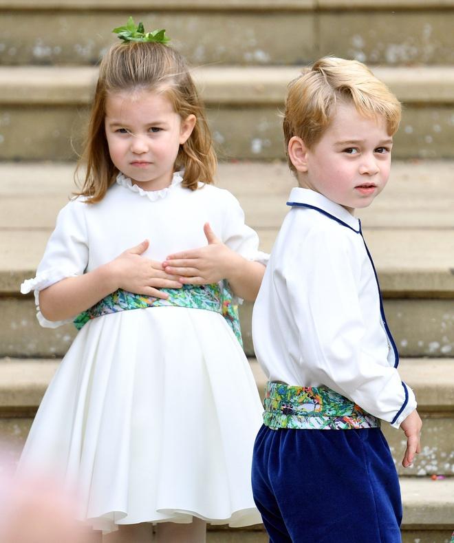 Mặc kệ Meghan Markle cố chiếm spotlight, Công nương Kate vẫn khiến dân tình ngưỡng mộ khi tự cắt tóc cho con trong thời đại dịch - Ảnh 3.