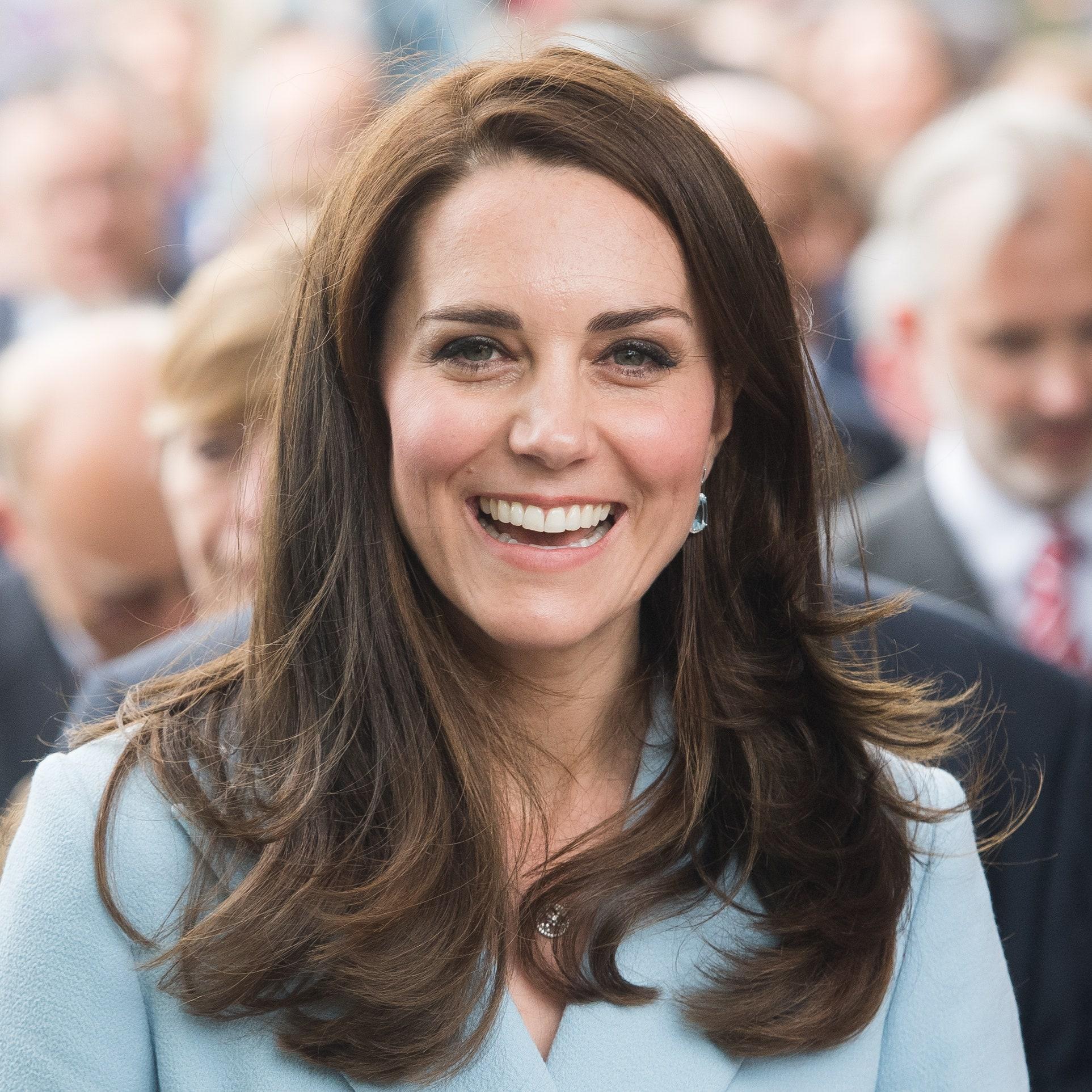Mặc kệ Meghan Markle cố chiếm spotlight, Công nương Kate vẫn khiến dân tình ngưỡng mộ khi tự cắt tóc cho con trong thời đại dịch - Ảnh 2.