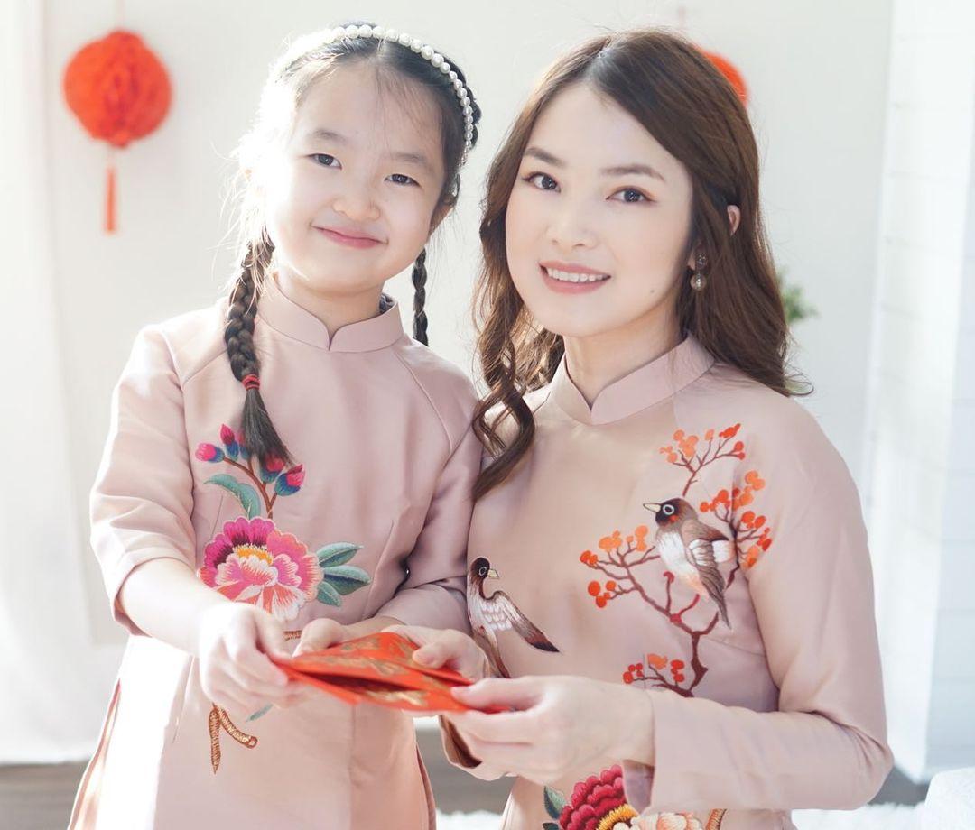 Sao Việt mặc gì mùng 1 Tết: Hương Giang - Matt Liu diện áo dài đôi, Nhã Phương lên đồ vừa trẻ vừa sang - Ảnh 14.